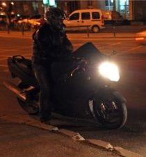 motociclist-in-trafic-noaptea